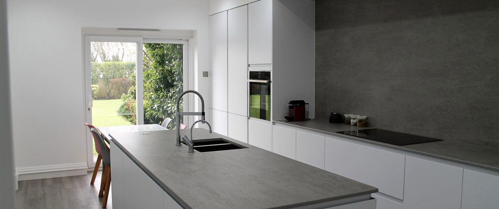 Matt White Handleless Kitchen with Grey Dekton Worktops and Splashback – Whitefield